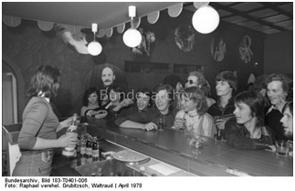 """April 1978, Original Bildunterschrift: """"Alkoholfreie und alkoholarme Getränke werden an der Bar des Studiokellers ausgeschenkt, wenn im Klub der Jugend Diskothek ist. Jeden zweiten Sonntagnachmittag lädt der zentrale Jugendklub in der Leipziger Elsterstraße junge Leute zum Tanz ein."""""""