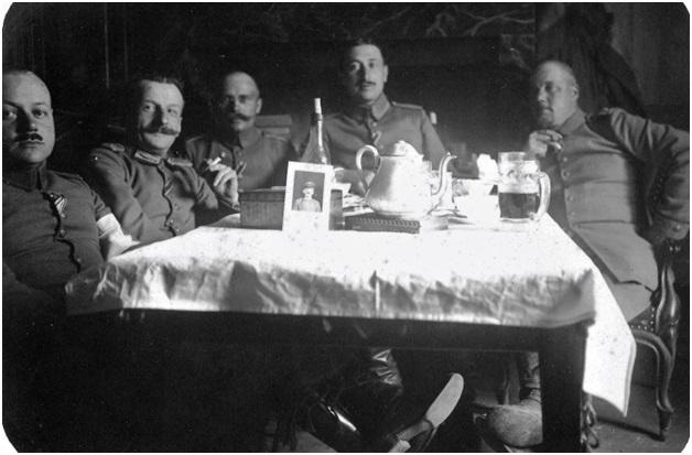 """""""Offiziere der Landwehr - Fußartillerie bei Kaffee, Bier und Wein."""" Quelle: http://www.europeana1914-1918.eu/en/contributions/4168"""