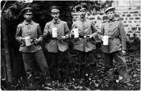 Soldaten mit Bierkrügen Ludwig Schmitt geb. 23.03.1893 in Zell am Ebersberg, gestorben 13.06.1918 im Garnisonslazarett Bamberg. Er müsste der zweite von links sein. CC-BY-SA 3.0, http://www.europeana1914-1918.eu/en/contributions/1269